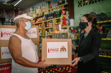 Sur Futuro y la Fundación Coca-Cola integran a los propietarios de colmados en el programa de apoyo alimentario a familias vulnerables de tres provincias del país